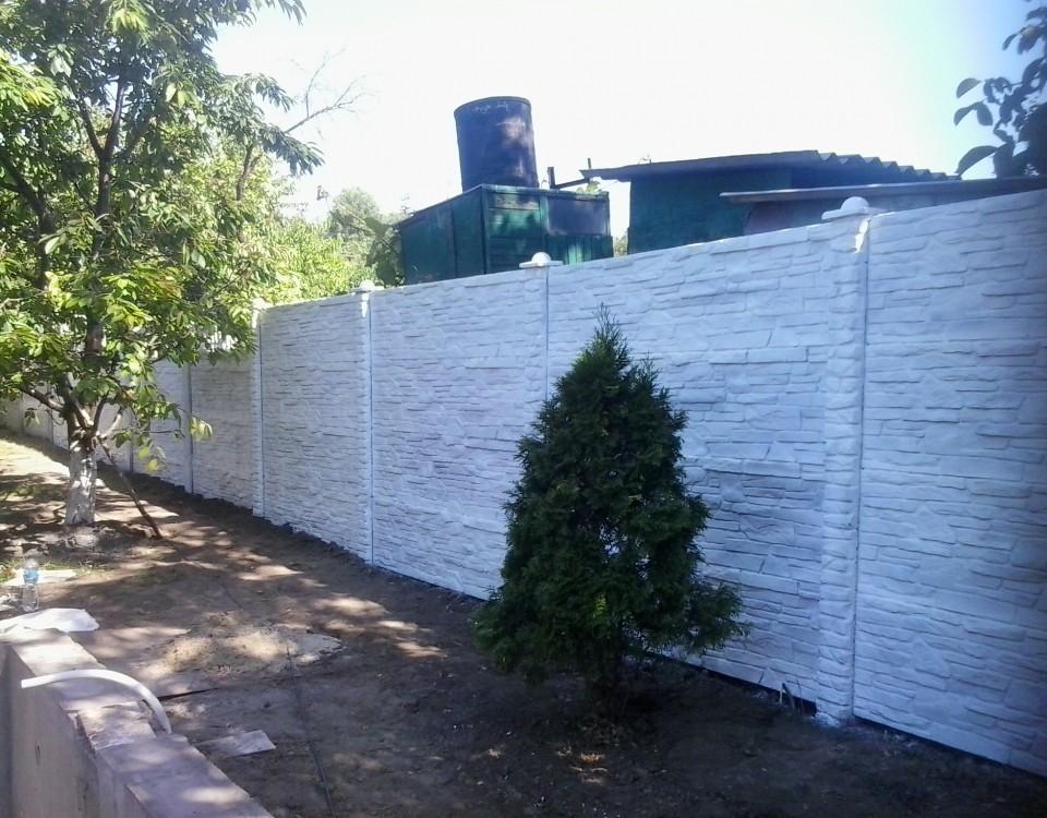 светлый бетонный забор вид 2