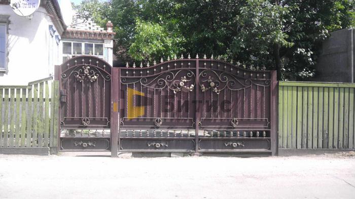 Фото ворот и калитки из металла в сочетании с ковкой