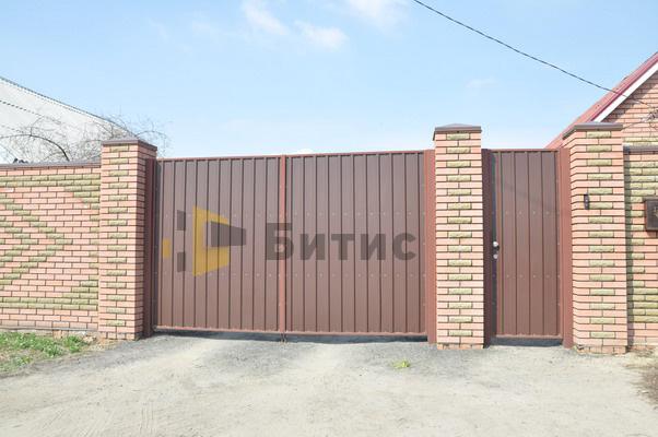 Фото ворот из профнастила с отдельно стоящей калиткой