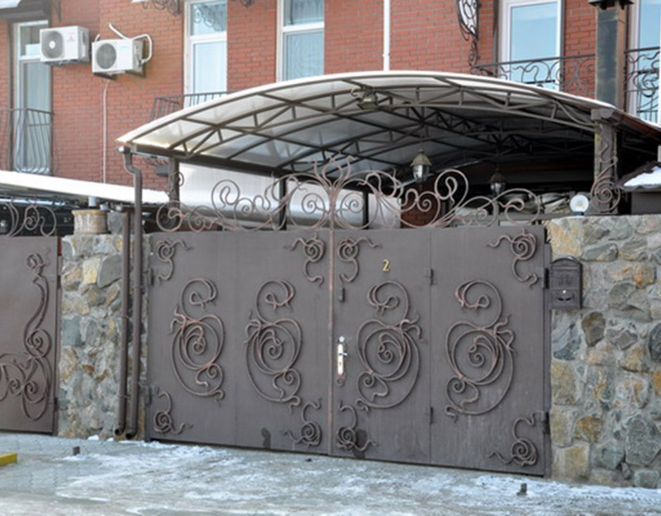 ворота из металлического листа с коваными узорами | Битис